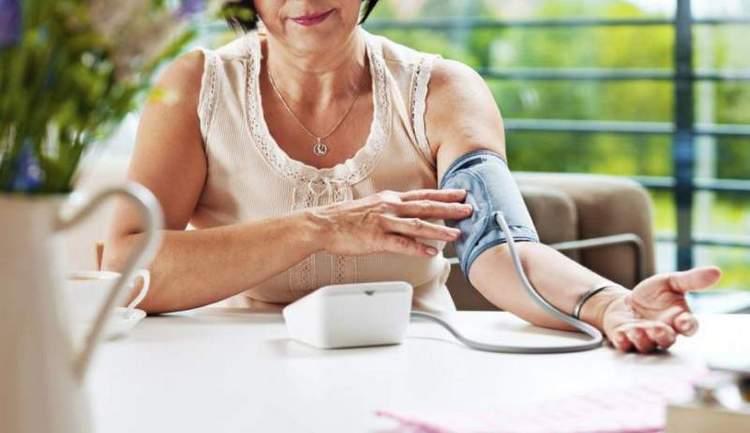 Чтобы понять, повышает или понижает у вас артериальное давление красное вино, можно измерить давление до и после употребления напитка.