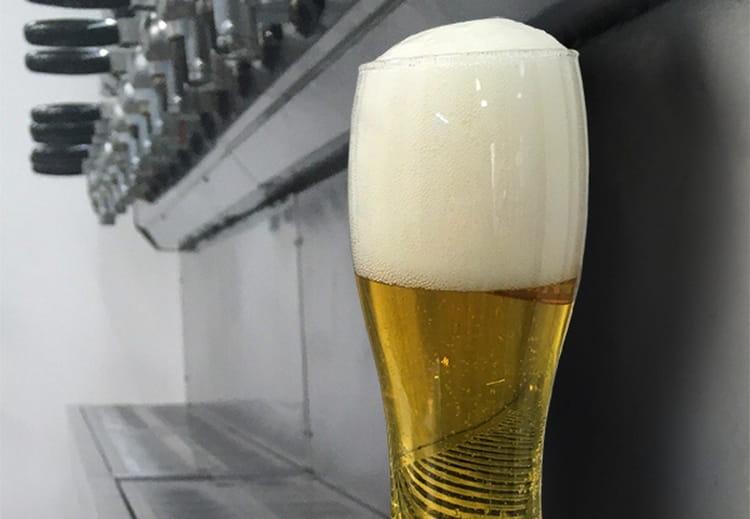 Подают это пиво обычно в высоких стаканах.