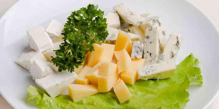 Ликер Жинжа с закуской в виде сырной нарезки