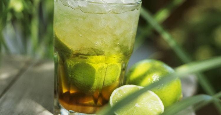 бразильский алкогольный коктейль кайпиринья