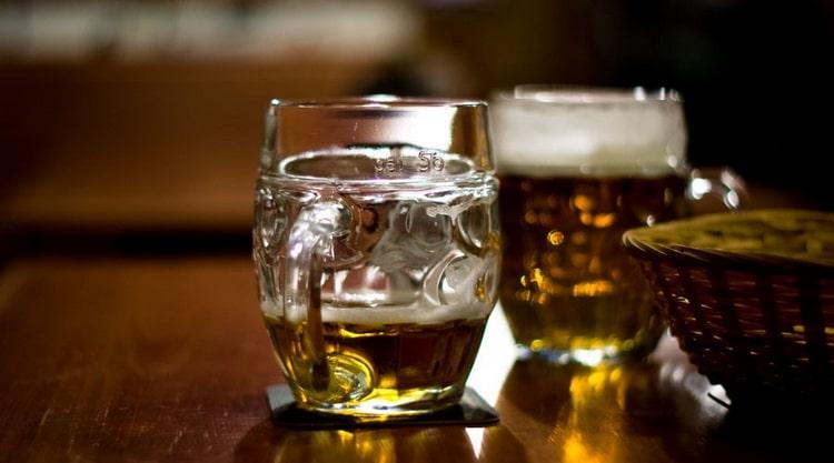 Пейте и наслаждайтесь пивом левенбрау темное