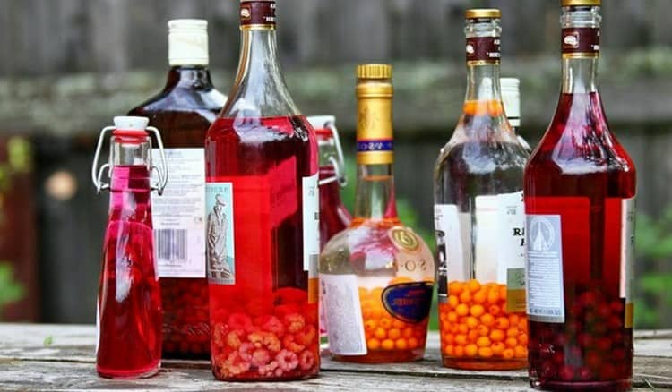 Алкогольный напиток настойка не только можно приготовить в домашних условиях, но и приобрести в магазине.