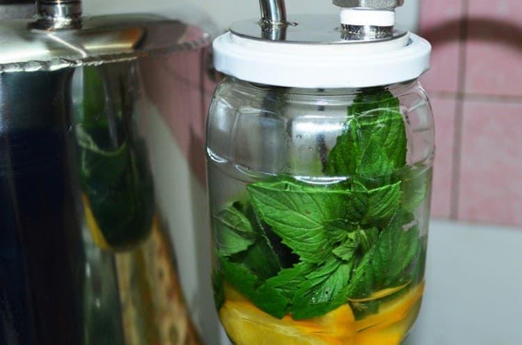 Обратите внимание также на рецепты для ароматизации самогона через сухопарник.
