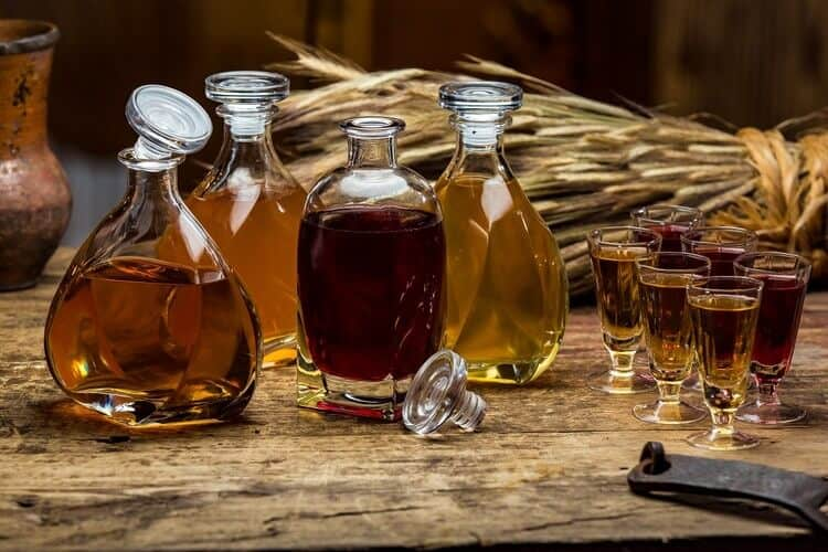 Использование покупных, а также натуральных эссенций изменяет также и цвет напитка.