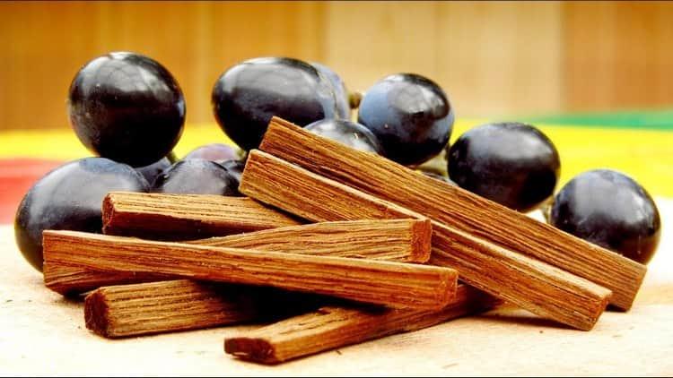 Среди натуральных ароматизаторов самогона особой популярностью пользуется дубовая щепа.