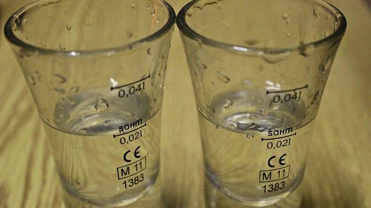Узнайте, как правильно разбавить спирт 95 градусов до 40, что и куда лить.