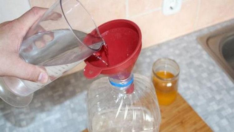 Не особенно важно, лить спирт в воду или наоборот, главное тщательно перемешать обе жидкости.