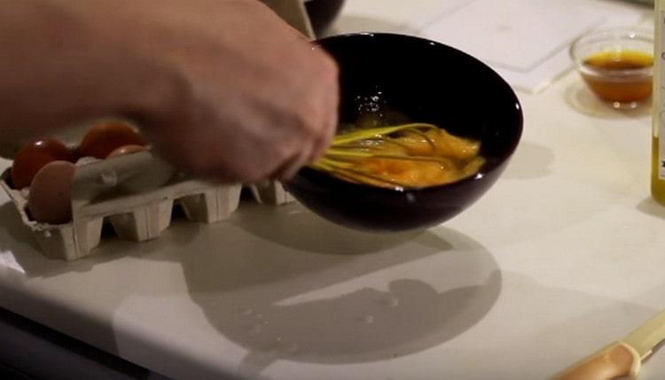 Взбиваем яйца, добавляем к ним сметану.