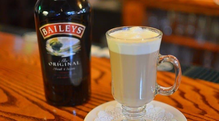 А ирланский ликер Бейлис в кофе можно добавлять вместе со сливками.