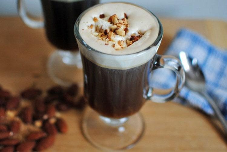 Помимо приготовления в домашних условиях ликера со сгущенки и кофе, можно сделать миндальный кофе с амаретто.