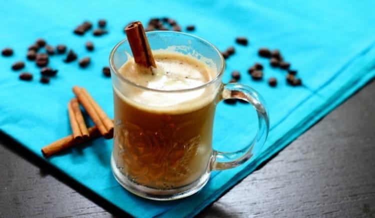 Можно приготовить ликер из сгущенки, кофе и водки, но можно также сделать отменный кофейный коктейль в микроволновке.