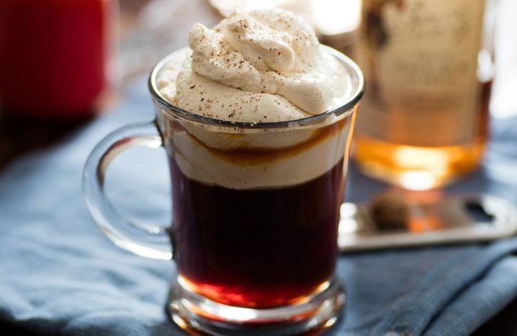 ликер из водки, сгущенки и кофе, равно как и кофе с ликером можно украсить взбитыми сливками.