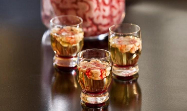 Алкогольные коктейли с сиропом гренадин можно сделать поистине очень оригинальными.