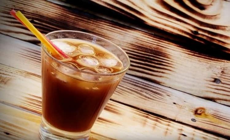 А самый простой и доступный коктейль это портвейн с колой.