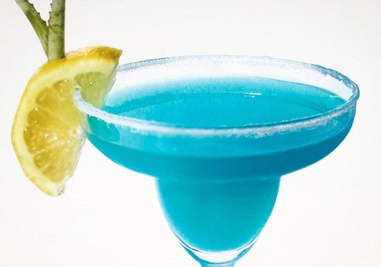 Если коктейль Cosmopolitan сделать с Блю Корасао, то он приобретет красивый голубой цвет.