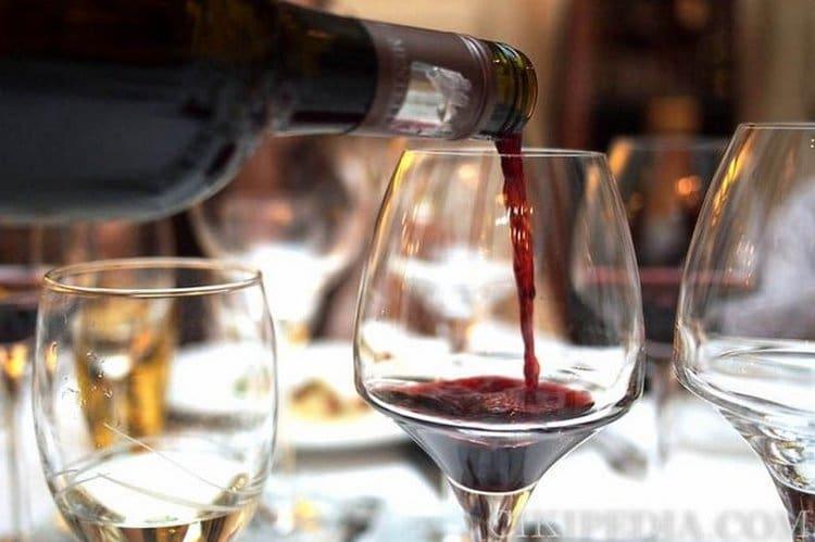 Красное молдавское вино можно подавать к мясным блюдам.