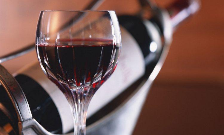 Молодое вино может быть как и красным, так и белым по цвету.