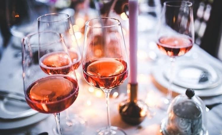 Подавать напиток стоит в бокалах на тонкой высокой ножке.