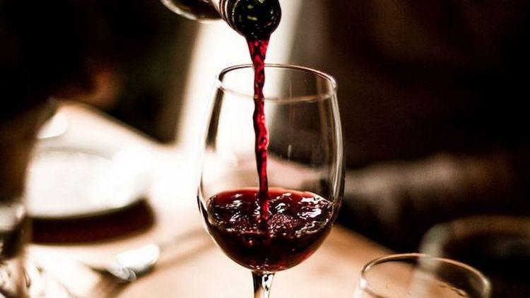 Молодое красное вино, являясь более легким, станет отменным дополнением к вечерней трапезе.
