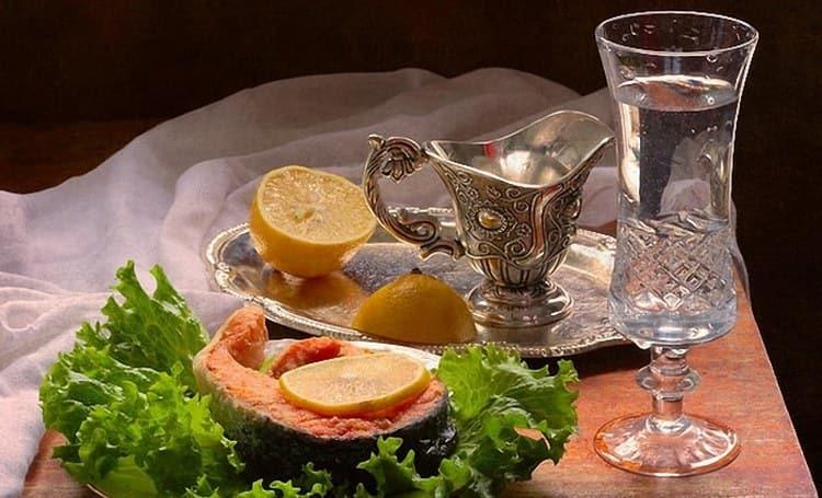 На закуску к этому крепкому напитку подходят самые разные блюда.