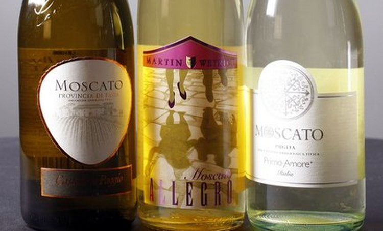 Выбирая белое мускатное вино. всегда обращайте внимание на наличие акцизной марки на бутылке, а также на ее оформление.