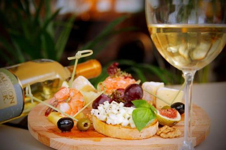 Полусладкое вино пино гриджио отлично подойдет к легим десертам и может даже стать хорошим аперитивом.