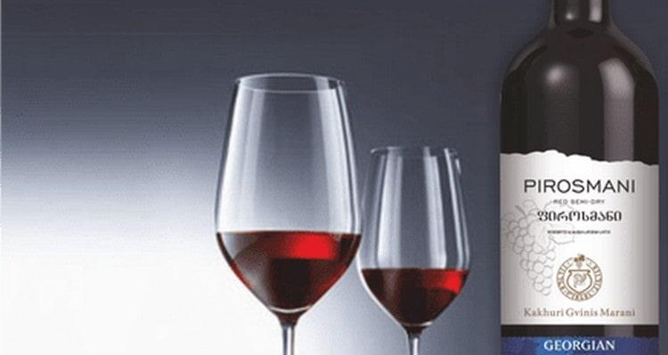 Вино красное полусладкое Пиросмани пьют из бокалов на тонкой ножке.