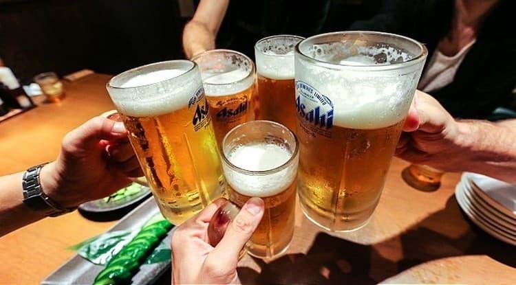 Японское пиво Асахи можно пить как из кружек, так и из высоких бокалов.