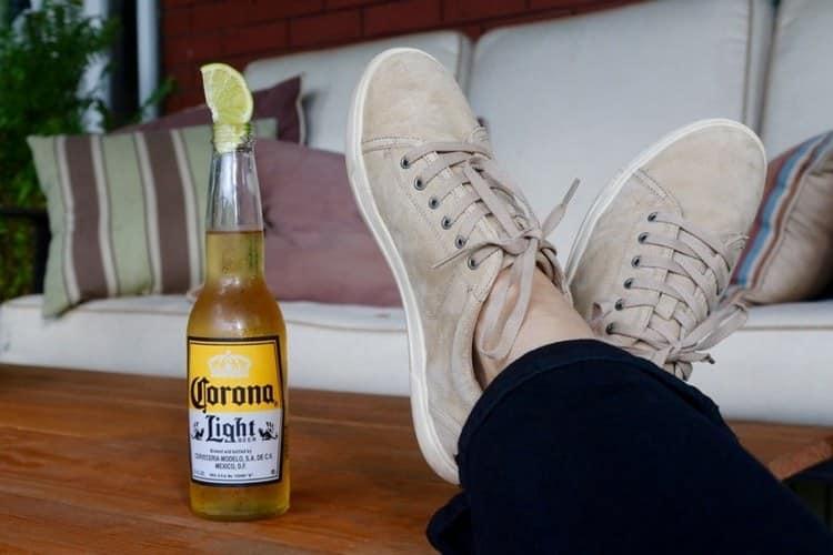 Мексиканское пиво Корона прекрасно подойдет для сопровождения дружеского общения или даже простого отдыха дома.