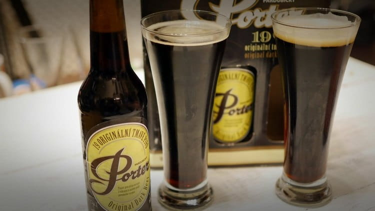 Темное пиво портер принято пить из высоких бокалов.