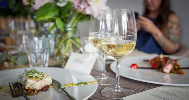 Игристые вина подойдут также к десертам.