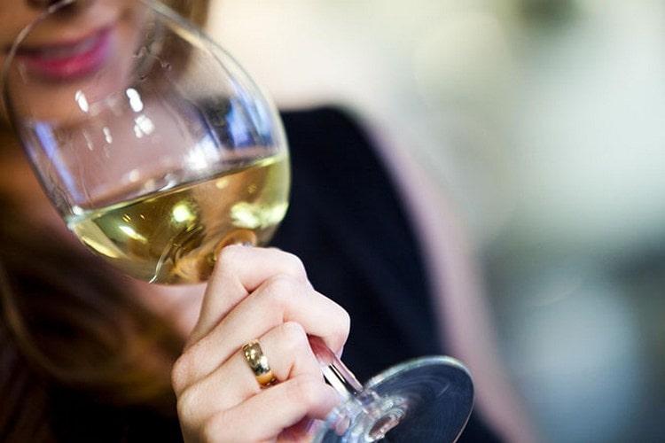 Вино на разлив, конечно же, является молодым, но при условии высокого качества все равно должно порадовать потребителя приятным ароматом.