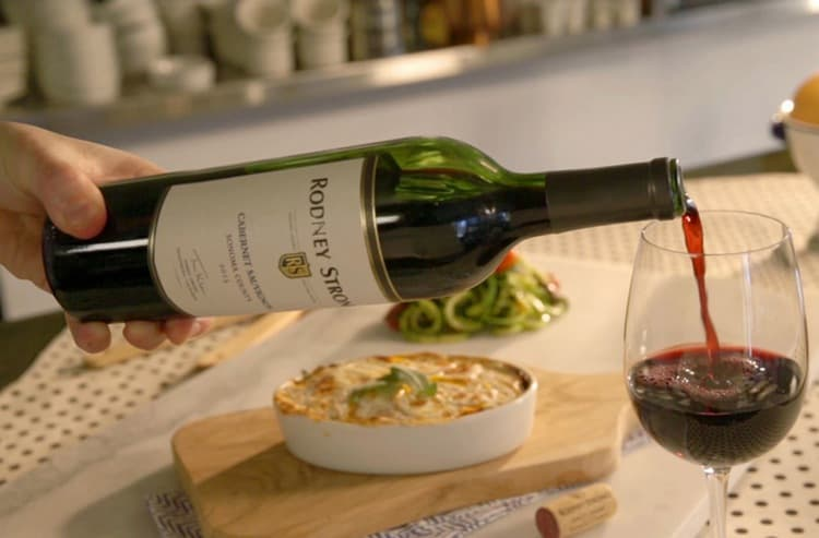 Наверное, всем известно, что к разным сортам вина следует подбирать отдельные закуски.