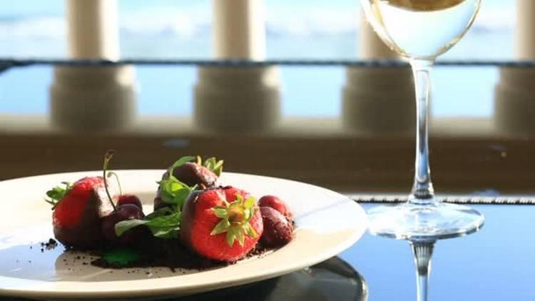 То, с чем пьют белое полусладкое вино, это фрукты и десерты.