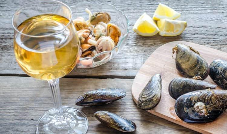 основное, с чем пьют белое сухое вино, это рыба и морепродукты.