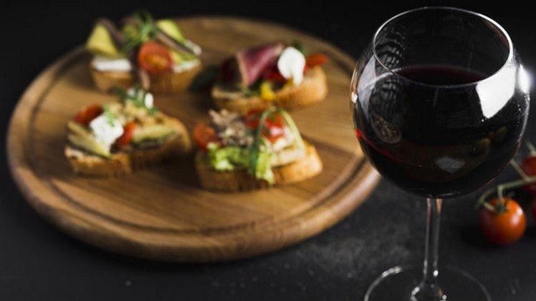 Узнайте, с чем сочетается красное сухое вино.