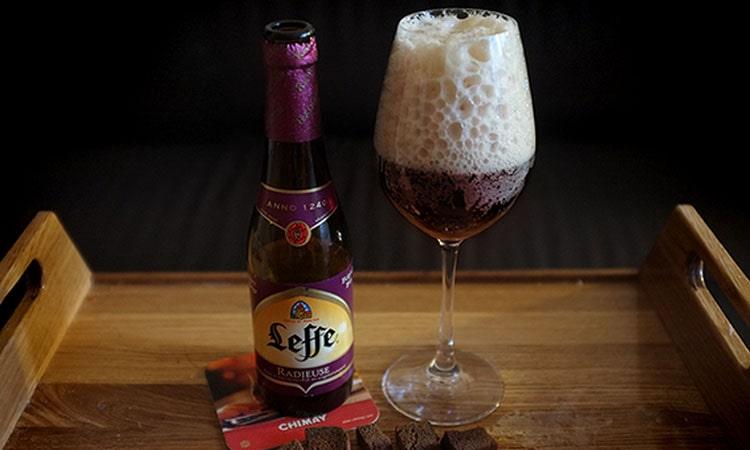 Пейте и наслаждайтесь пивом леффе брюн темное