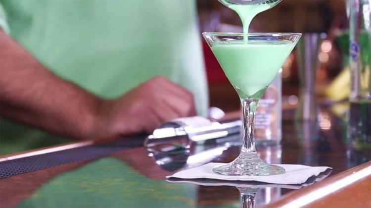 Как готовить коктейль зеленый кузнечик