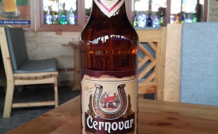 Пиво Cernovar на рынок поставляется как в стеклянных бутылках, так и в жестяных банках.