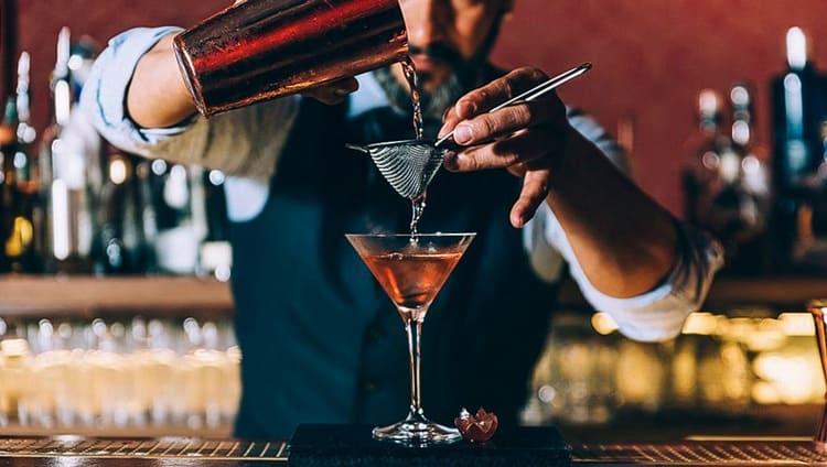 Сейчас практически все бармены используют различные ликеры для приготовления ароматных коктейлей.