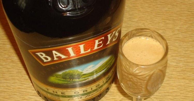Подают напиток обычно в специальных рюмках.