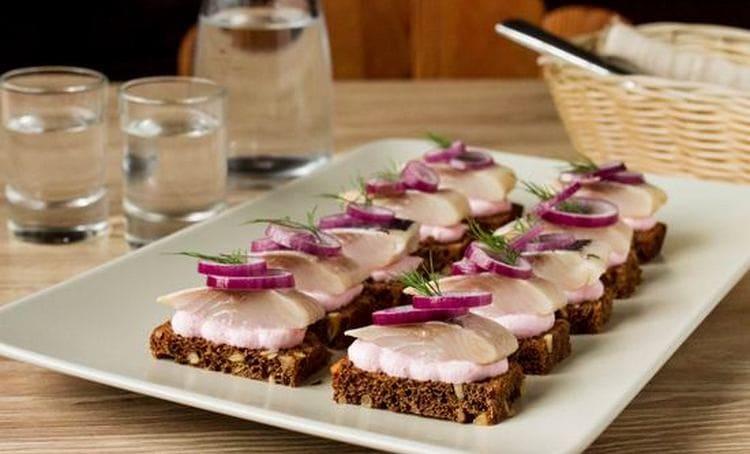 На закуску к крепкому алкоголю можно подавать что угодно: бутерброды, нарезки, салаты.