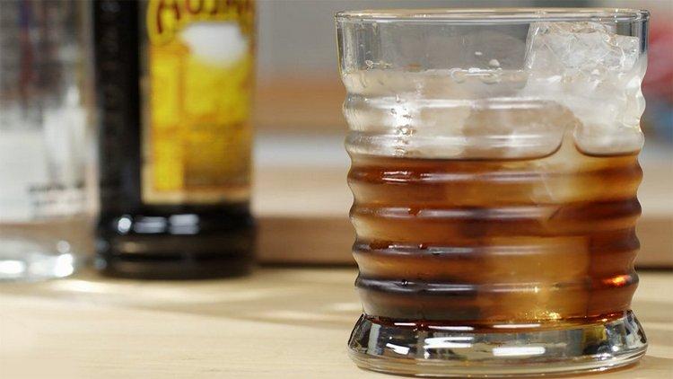 Рецепт коктейля Черный русский можно немножко менять на свой вкус.