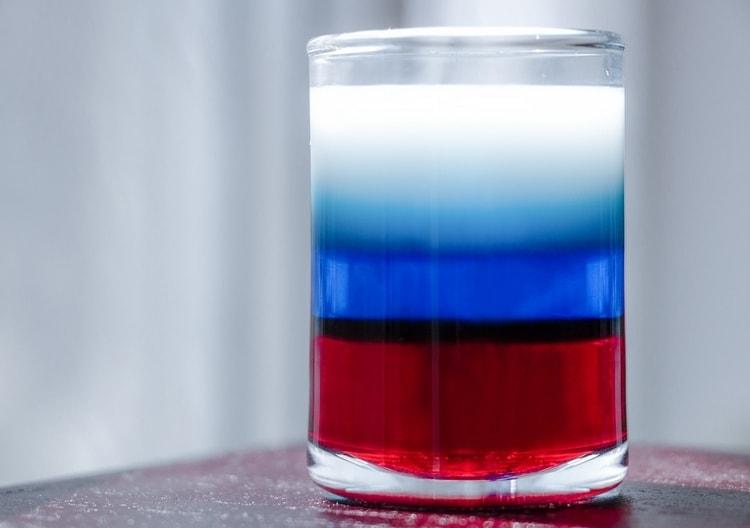 Рецепт коктейля Флаг Росси (или шота Русский флаг, как его еще называют) можно разнообразить добавлением жирных сливок или молока.