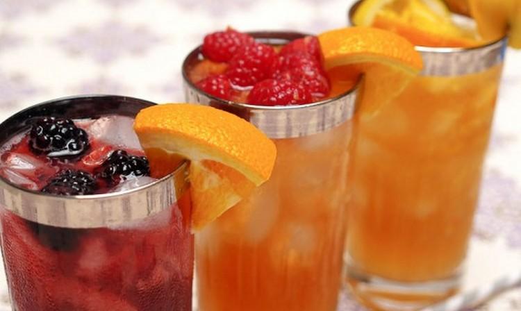 В рецепте коктейля Шампань Коблер используем ягоды и фрукты.