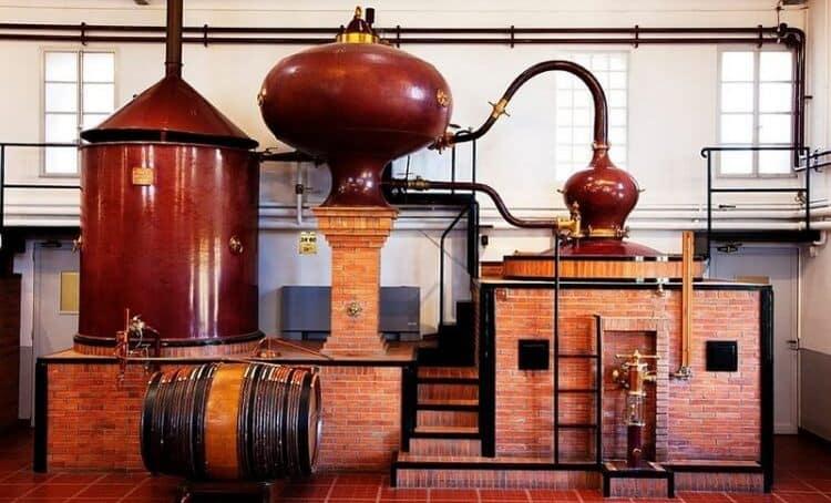 Технология изготовления коньяка подразумевает особую перегонку спирта.