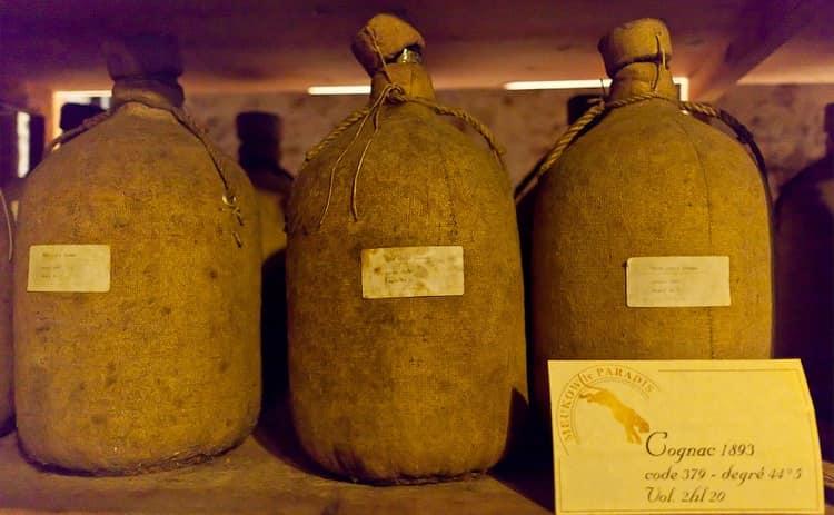 Готовый напиток из бочек переливают в специальные большие бутли и ставят в самое холодное место в погребе.