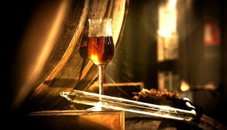 То, сколько калорий в роме, зависит от вида напитка и способа его производства.