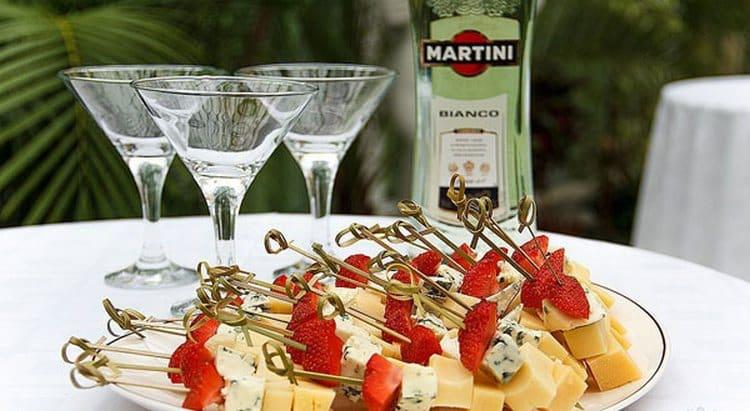 Узнайте, как пить мартини правильно и чем закусывать.