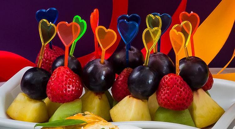 Отменной закуской к вермуту будут фрукты на шпажках.